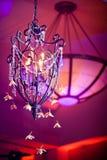 垂悬在舞厅的枝形吊灯 库存图片