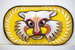 垂悬在艺术学院墙壁上的五颜六色的猫头鹰面具 图库摄影