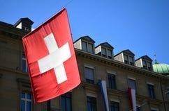 垂悬在苏黎世的瑞士旗子 免版税库存图片