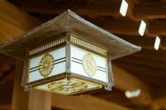 垂悬在著名明治神宫的传统日本灯笼在东京,日本 库存照片