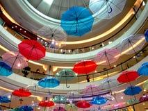 垂悬在行的五颜六色的伞低角度视图  免版税库存图片