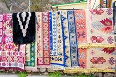 垂悬在街市上的手工制造地毯 库存图片