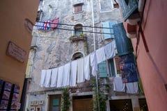垂悬在街道上的洗衣店 免版税图库摄影