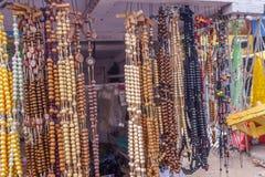 垂悬在街道商店,金奈,印度, 2017年2月19日的人为链小珠看法  免版税库存图片