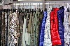 垂悬在衣橱或商店的衣裳行  免版税库存照片