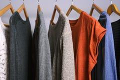 垂悬在衣物的女性衣裳在商店或家庭clos折磨 免版税库存图片