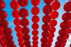 垂悬在装饰的街道againt蓝天的朱红色的灯笼在农历新年节日期间在唐人街, Ratchabur 免版税库存图片