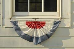 垂悬在西部quodd的美国红色白色和蓝色围裙旗子 免版税库存图片
