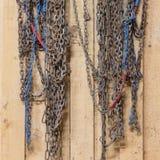 垂悬在谷仓的老雪链子 免版税库存照片