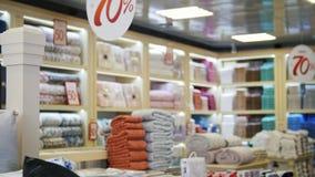 垂悬在购物中心商店的大销售标志与折扣的 纺织品商店 股票视频