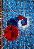 垂悬在购物中心的几个大明亮的红色圣诞节球 库存照片