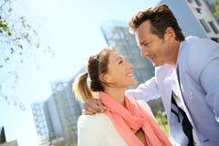 垂悬在郊区的成熟夫妇画象停放 免版税库存图片