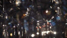垂悬在酒吧柜台的玻璃和其他酒精饮料特写镜头视图酒的 ?? 酒被弄脏的看法  股票视频