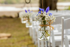 垂悬在金属螺盖玻璃瓶的花 库存照片