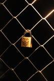 垂悬在铁丝网的卵形标志 图库摄影