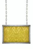 垂悬在链子的金闪闪发光闪烁的牌被隔绝 免版税库存图片