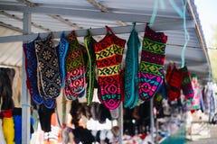 垂悬在销售中的五颜六色的手套 跳蚤市场 库存图片
