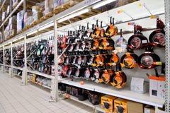 垂悬在销售区域大型超级市场钾的架子的煎锅 免版税图库摄影