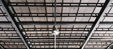 垂悬在锌屋顶下的金属净灯 免版税库存照片