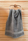 在手巾环的灰色毛巾 免版税库存图片