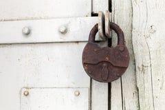 垂悬在门的大老生锈的挂锁 库存图片