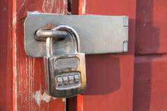 垂悬在门的老号码锁 免版税图库摄影
