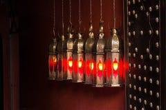 垂悬在门附近的葡萄酒摩洛哥laterns盖用铜版和古铜铆钉 免版税库存照片