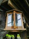 垂悬在餐馆的木灯 库存照片