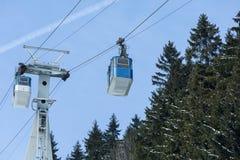 垂悬在绳索和杆的两间客舱 与蓝天的美好的晴天 库存图片