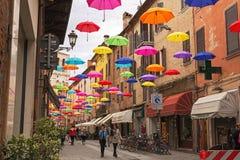 垂悬在费拉拉上街道的五颜六色的伞  库存照片