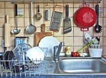 垂悬在水槽的厨房工具 免版税库存照片