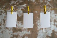 垂悬在绳索的三个纸牌 免版税库存照片