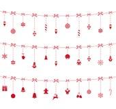 垂悬在绳索的圣诞节红色装饰品 免版税库存图片
