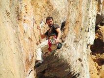垂悬在绳索的攀岩运动员 免版税库存照片