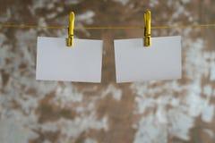 垂悬在绳索的纸牌 免版税库存图片