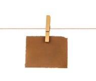 垂悬在绳索的老空白的纸片 免版税库存图片