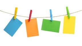 垂悬在绳索的色的纸板 库存图片