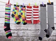 垂悬在绳索的色的袜子 免版税库存照片