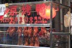垂悬在amoy城市市场上的北京烤鸭 库存图片