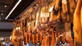 垂悬在Boqueria市场上的香肠和肉在巴塞罗那,西班牙 影视素材