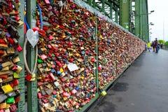 垂悬在Hohenzollern桥梁的爱锁 免版税库存图片