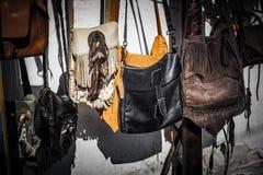 垂悬在malioboro街道jogja日惹印度尼西亚的商店市场上的boho漂泊袋子 免版税库存照片