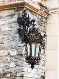 垂悬在Peles城堡的角落的装饰灯笼在锡纳亚,在罗马尼亚 免版税库存照片