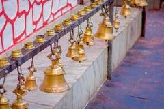 垂悬在Taal Barahi Mandir寺庙,博克拉,尼泊尔的另外大小响铃 免版税图库摄影