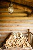 垂悬外部木客舱的装饰灯笼 免版税图库摄影