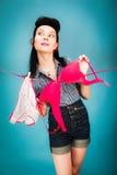 垂悬她的内裤和胸罩的美丽的妇女 免版税图库摄影