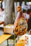 垂悬干的和烟猪肉腿,传统食物 开胃菜,可口 图库摄影