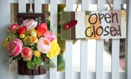 垂悬开放和闭合的企业标志 库存图片