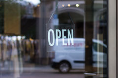 垂悬开放的标志-商店窗口/门 库存照片