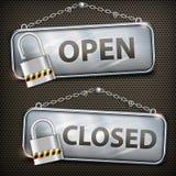垂悬开放闭合的铁标志 免版税库存图片